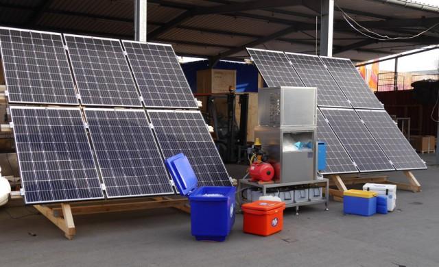 Mit einem Photovoltaikmodul betriebene Eismaschine